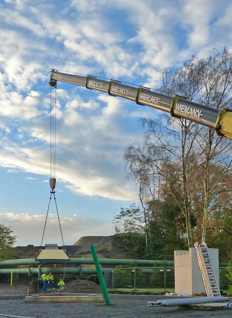 Montage mit Kran Revitalisierung der ehemaligen Schachtanlage Schlägel & Eisen 3/4/7 Fußgängersteg Planquadrat Dortmun
