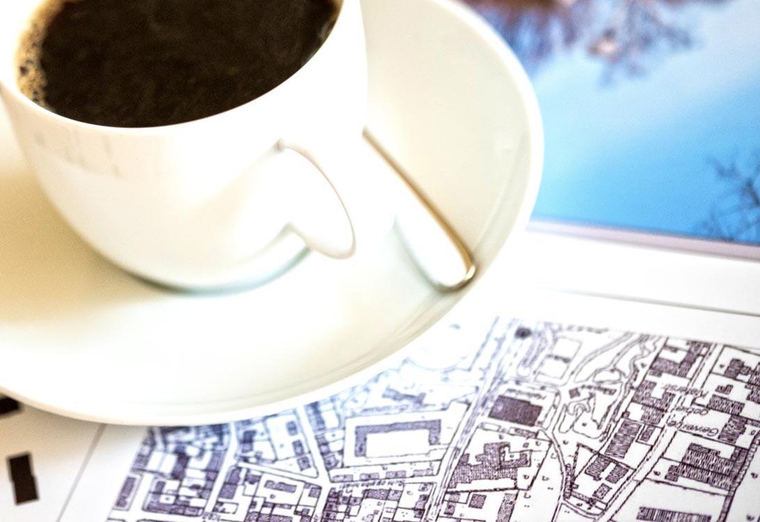 Planquadrat Kaffeetasse auf Plänen